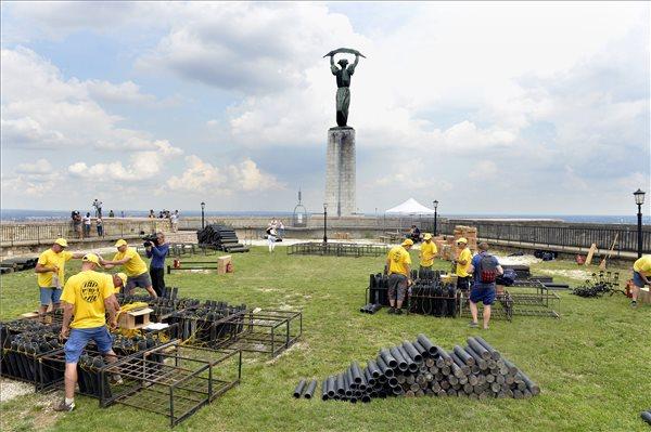 Augusztus 20. - Megkezdődött az ünnepi tűzijáték rakétáinak telepítése
